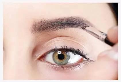 Step5:选择眉粉的时候要选择用颜色和眉笔相同的颜色,然后再仔细用眉粉再次勾勒。