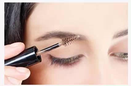 Step7:色彩感和层次感对于眉妆很重要,用睫毛刷蘸些颜色浅色的眉毛凝胶再轻轻刷眉毛,使颜色更加均匀。