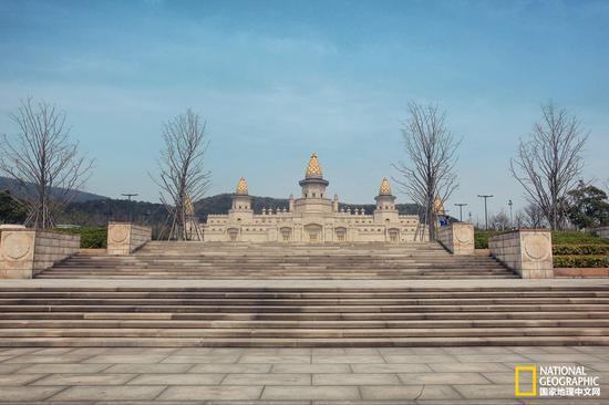 从灵山大佛下来,前往旁边比邻而立的梵宫。