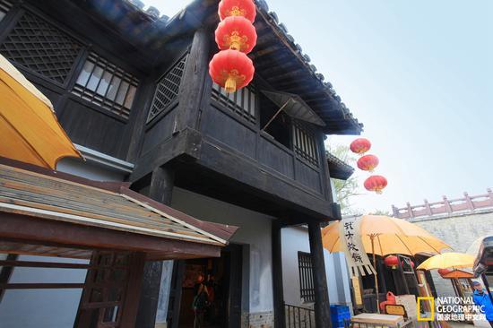 这里就是潘金莲开窗,木棍砸到西门庆的地方。是偶然还是潘金莲故意,千古谜题。