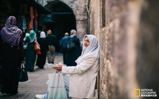 这是一个文化与生活相交相融的地方,形形色色的人群穿梭其中,有时尚现代的游客,但居多的还是包裹着长袍的阿拉伯人。