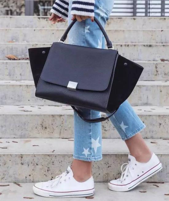 运动鞋也是超级的平价,完全都可以搭配,譬如最最经典的converse的all star.