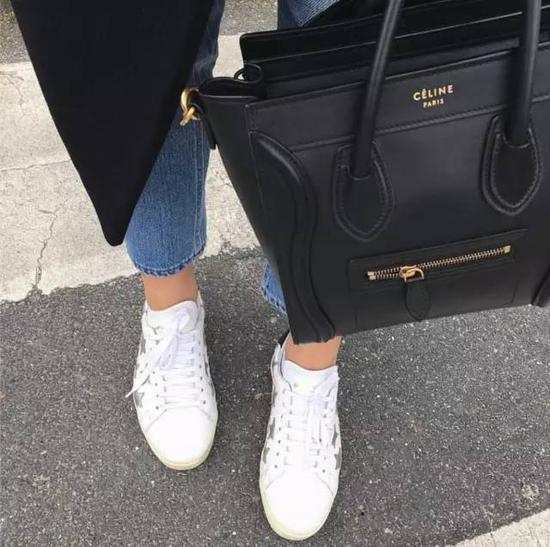 这种大气高级的包包,搭配起运动鞋会让人不会产生太强的距离感,是一种很妙的平衡。