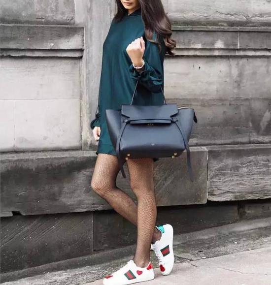 刺绣小白鞋跟自己家的华丽包款搭配在一起,也更有看头。