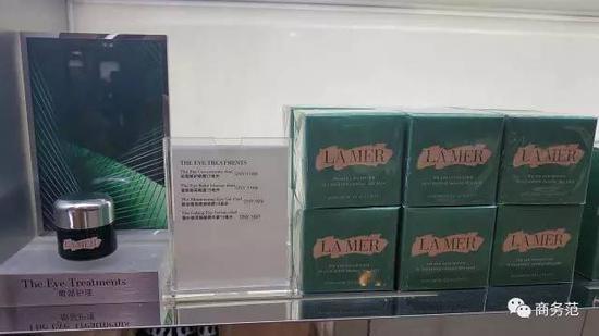 绿瓶质地稀一点,主要是针对黑眼圈,白瓶更浓稠,对细纹有用。很多人喜欢交替使用,范主更喜欢绿瓶一些~