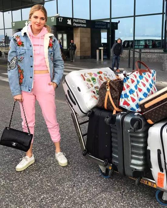 而且这种运动装扮和奢侈品的组合搭配出现在机场也比较合理吧?毕竟搭飞机配高筒长靴的装扮大家看看就好。