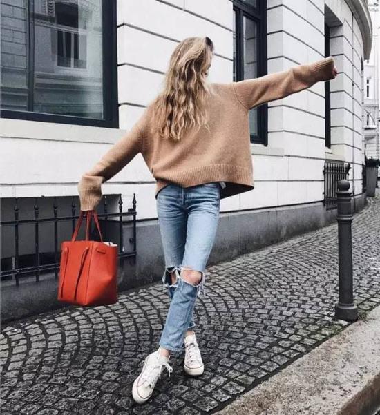 从小巧的mini囧脸包到大号的拼接秋千包,跟运动鞋搭配起来都是妥妥的,随性中还可完美凸显出高级的质感。