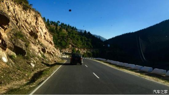 """图注:不丹的""""高速公路"""",建议时速40km/h,最高时速不得超过70km/h"""