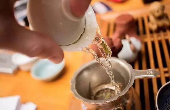 明前龙井茶中的杭州味