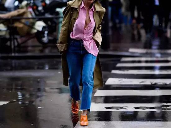 流行了1年的阔腿仔裤也自然不能少,特别是对自己腿部不十分满意的仙女们;阔腿裤可以帮你隐藏腿部不足和肉肉哦。