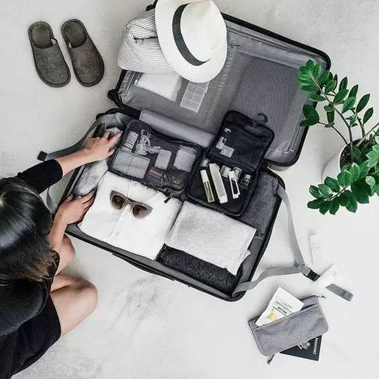 旅行与你的行李密不可分,它们可载着你们的装备。今天我们就来聊聊行李箱到底带什么才能既轻便又可百搭。