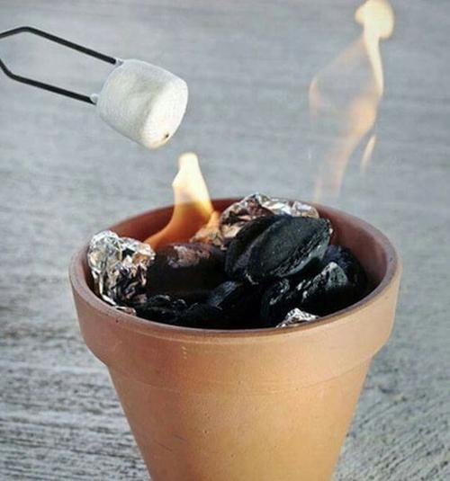 2.将棉花糖插在竹签或铁丝上,放在篝火上方,自己掌握火候,慢慢转动棉花糖,直到表面微黄就拿开。
