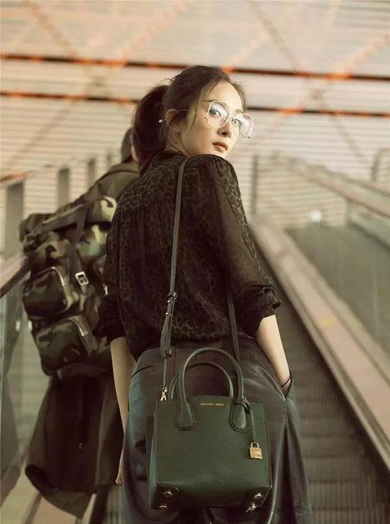 选择材质特殊的单品,如透视衬衫搭配皮质阔腿裤,会让简单的日常搭配变得非常 Chic 。