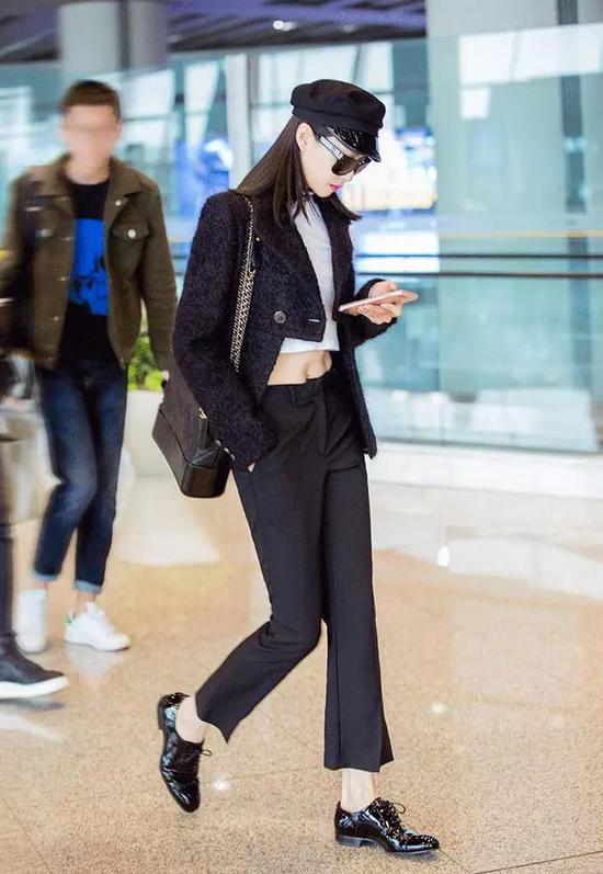 身背 Chanel 包袋的宋茜,酷劲十足的出现在机场。