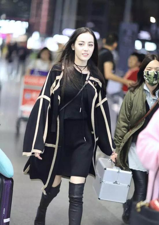 气质非凡的大衣搭配简约连身裙,一双同样气场十足的过膝长靴,气场强大,在迪丽热巴这张女神脸的映衬下,又平添几丝甜美。