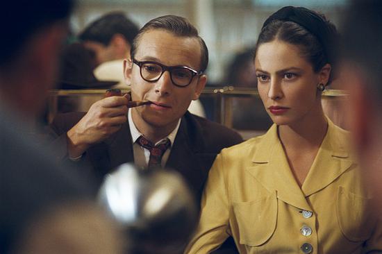 在电影《花神咖啡馆的情人们》这部影片中,萨特与波伏娃的爱念纠缠也被展现得淋漓尽致。