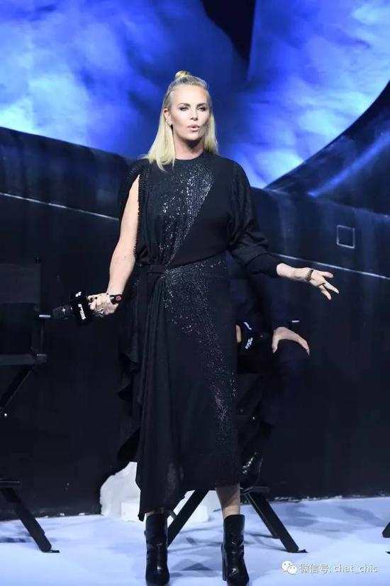 这套Dior高腰洋装,虽说有点显壮,