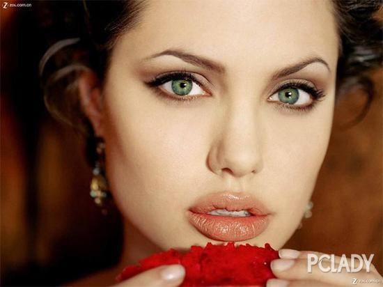 要说美唇第一人,小编只想到安吉丽娜朱莉,又厚又性感,重点是和她的五官配一脸啊!涂什么口红都好看!难道她就是靠性感嘴唇收获新老公的?