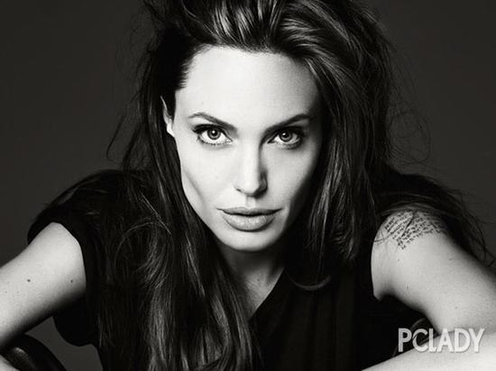 朱莉登上美国版《Elle》杂志封面,黑白画面简单明快,安吉丽娜-朱莉出镜尽显女王霸气范儿。