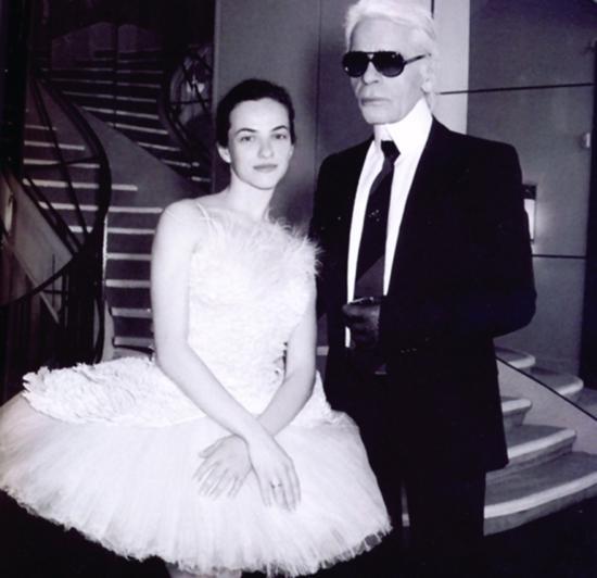 老佛爷KarlLagerfeld也曾经为英国国家芭蕾舞团设计过芭蕾舞裙。