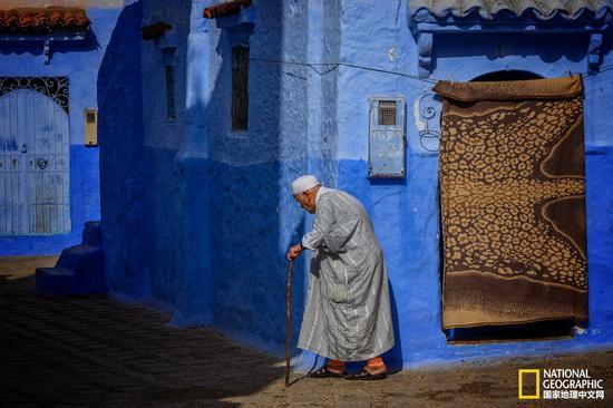 阳光下的老人,步履蹒跚。