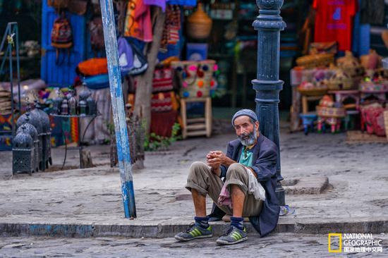 傍晚,太阳退去,小城非常凉爽。一位老人靠着路灯席地而坐,舍夫沙万的慢生活就是这样无处不在。