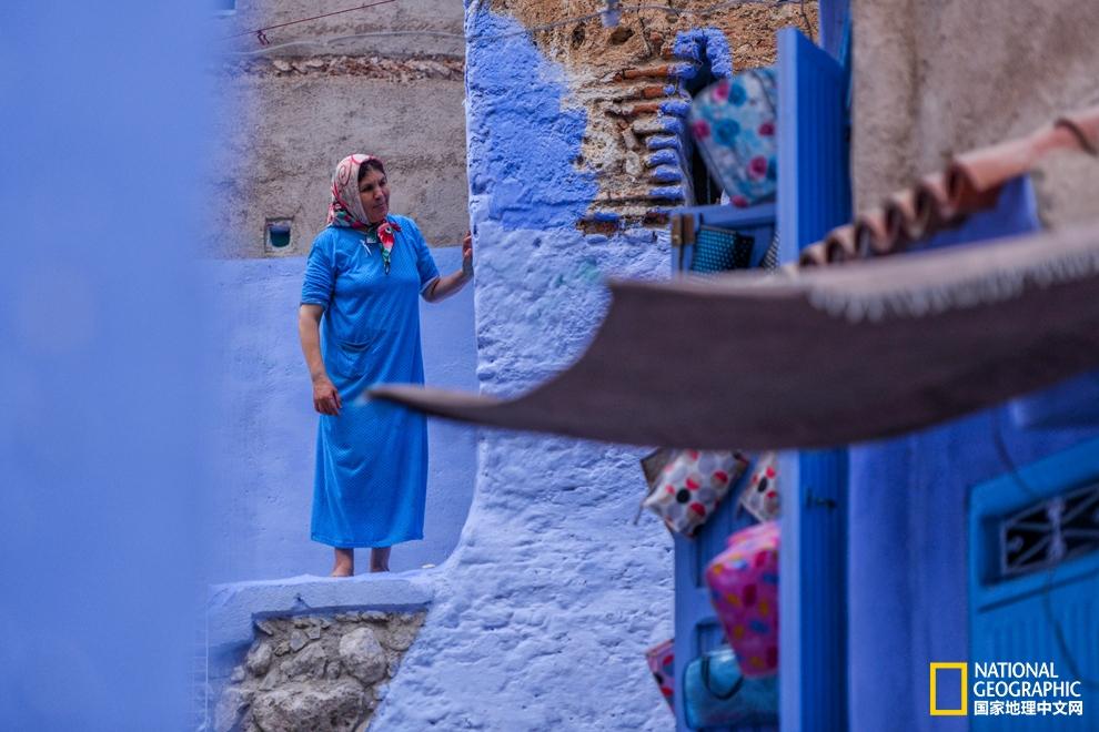 这张图足以说明当地人有多爱蓝色,不少妇女的长裙也都是蓝色的,身着传统长裙的妇女无论置身小城何处,都绝对是一道别样的风景。