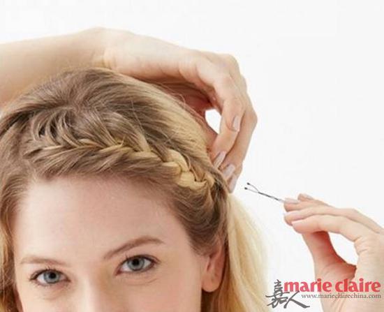 ③:最后用黑色的小发卡在编发的尾部固定,再小心把发卡藏进头发里就好啦。步骤3