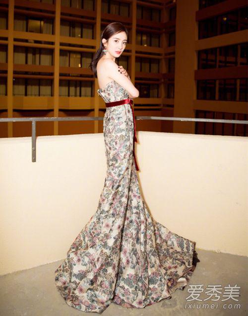 但小编想说,杨幂的礼服还是美美的呢。印花加上鱼尾设计仙气十足,酒红色丝绒腰带增加优雅气质。