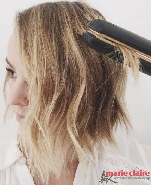 ②:用直发器将刚刚头顶没有烫的地方稍微卷起,打造蓬松有弧度的发顶;步骤2