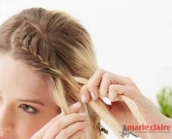 ②:采用三股辫的方法开始编,注意编的时候一点点的将剩下的刘海编进去;步骤