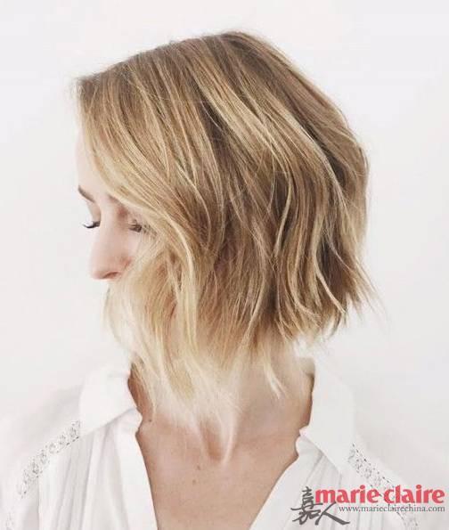 ③:最后用手将头发拨弄自然,稍稍喷上定型喷雾就OK啦。步骤3