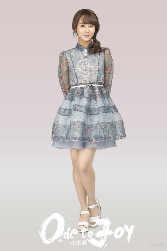 空气刘海+侧马尾可爱十足,搭配A字型连衣裙,青春的气息扑面而来。