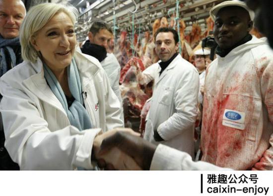 勒庞在农贸市场肉摊前与民众互动