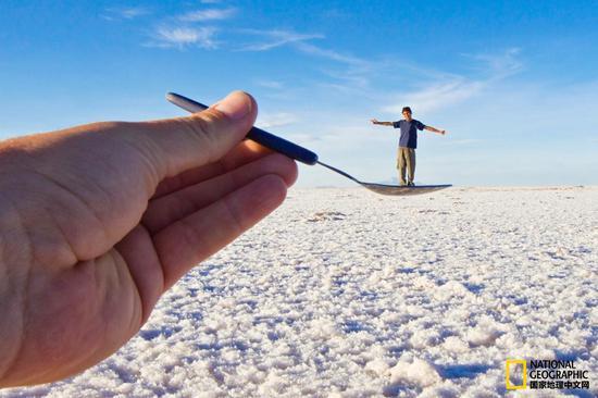 乌尤尼盐沼的地平线看似没有尽头,因此摄影师可通过透视和景深拍摄出不可思议的照片。    摄影:Mike Theiss,National Geographic Creative