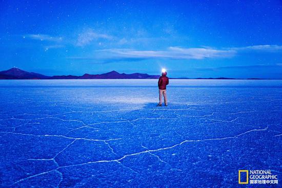 在满天繁星的映照下,乌尤尼盐沼恍若蓝色的梦境。在干旱季节,地面硬化,会隆起许多多边形的盐堆。    摄影:Eric Hanson,Getty Images