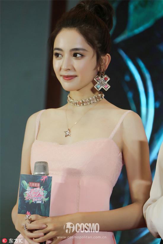 出席《花儿与少年》发布会,一条粉色的吊带短裙,十分引人注目,把娜扎的少女感体现的淋漓尽致。