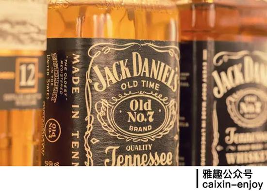 这是一瓶保存不当的杰克·丹尼威士忌(Jack Daniel's),颜色和新酒真的不一样哦。