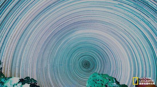"""若干张曝光30秒的银河系照片堆栈之后,就变成了失去星系细节却突出动感的""""星轨""""。摄影:SASSEPHOTO"""
