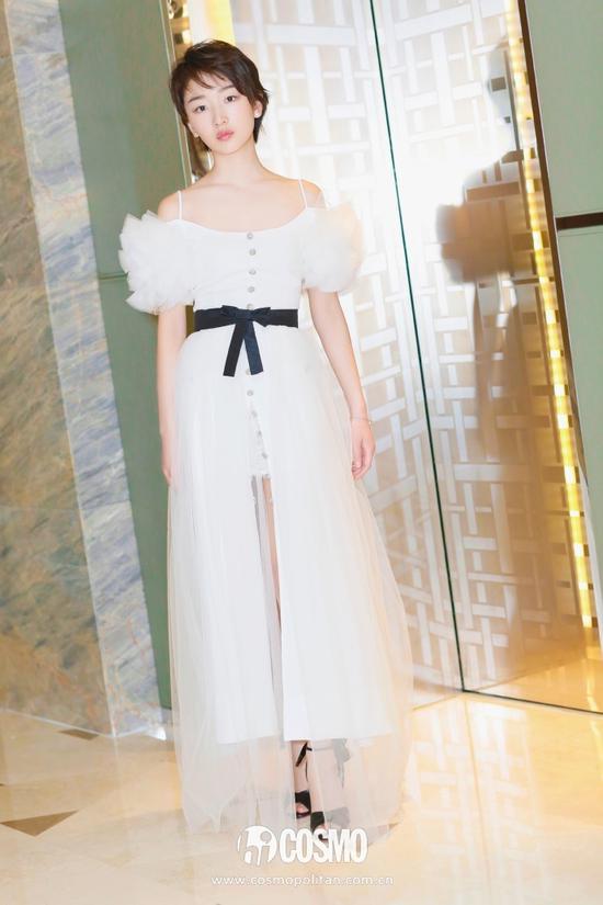 礼服:Alessandra Rich 2017秋冬系列的白色泡泡袖纱裙