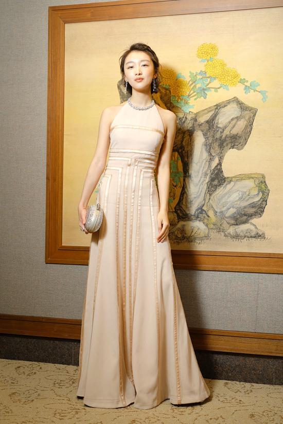 金马奖 礼服:MiuMiu 最爱周冬雨金马奖这件长裙礼服,裸色简单大气,把她衬托的十分精致动人。