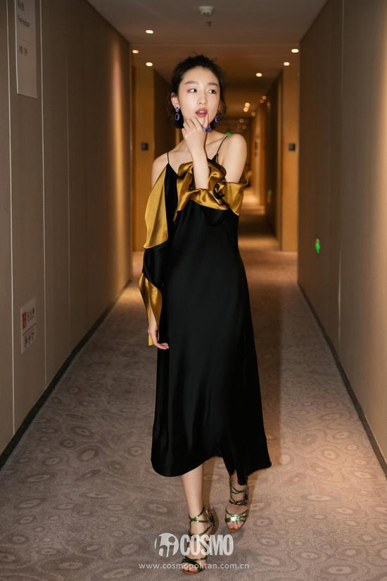 黄黑相间的吊带礼服,小露香肩十分小女人味道。
