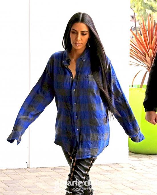 金・卡戴珊用蓝黑格子超大衬衫搭配黑色系带紧身Leggings也非常好看。