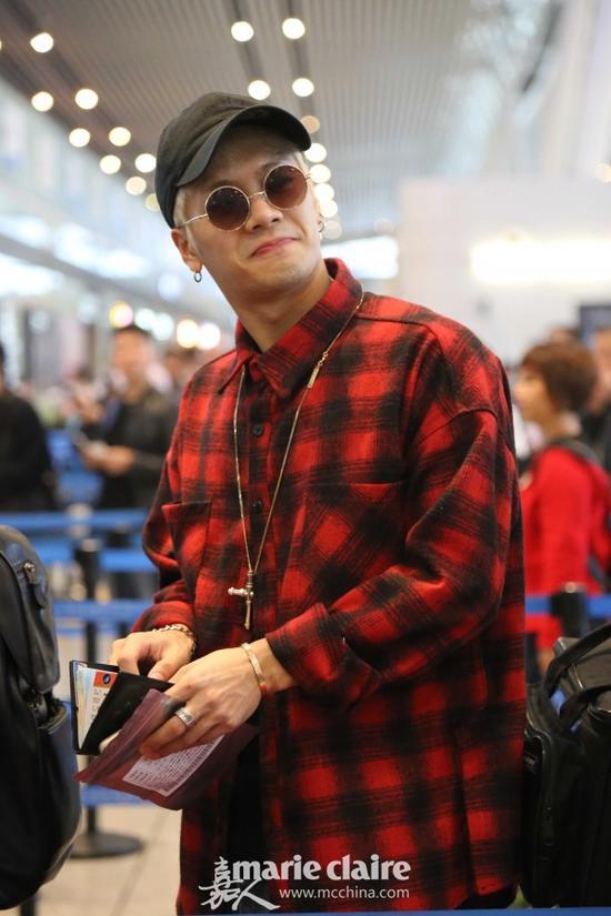 Jackson身穿红黑格子衬衫,头戴黑色棒球帽,加上各种金属配饰,街头范十足,这身装扮就是帅气时尚有性格。