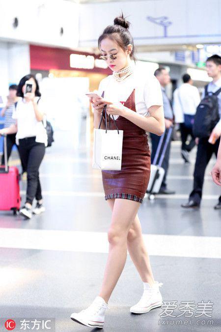 哈哈,其实这是Chanel设计的一款跟购物袋相似的手拎包啦!这种潮流单品,茜宝这么快就入手啦~