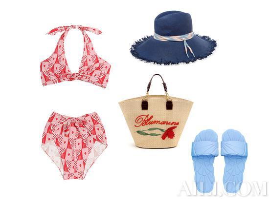 红色印花挂脖泳装、蓝色浮雕沙滩拖鞋 均为 Miu Miu