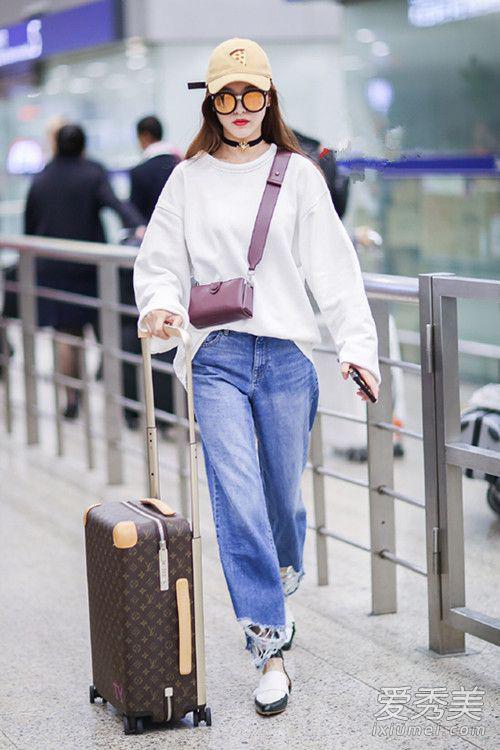 唐嫣身穿白色宽松卫衣+牛仔阔腿裤+系扣皮鞋,超级舒服、又帅气又美丽,时尚漂亮的糖糖,美的让人词穷。