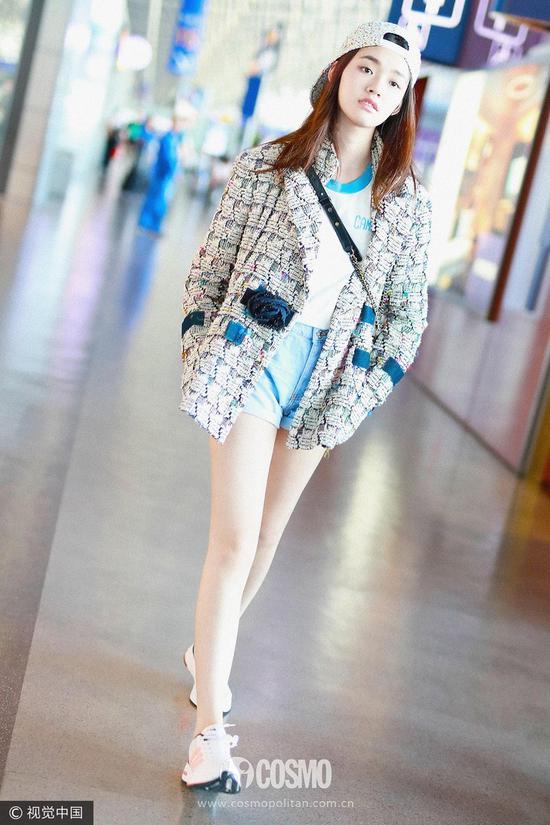 外套:Chanel包包:Chanel运动鞋:Adidas
