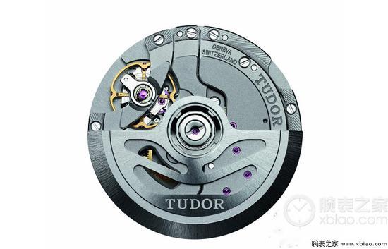 目前只有帝舵间金斧头针(上)和钢圈全钢斧头针(下)有日历,其他版本无日历。帝舵新款斧头针使用的帝舵自产MT5612/5601自动上弦机芯。