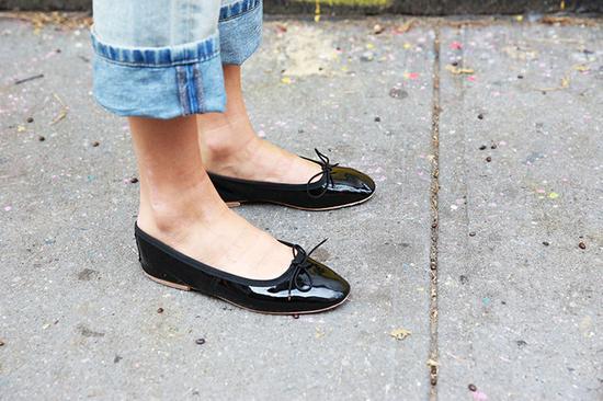 浅口的平底鞋露出脚面的部分,会在视觉上拉长你的脚面长度,显腿长分分钟办到!